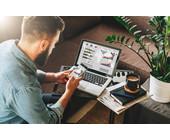 IT-Professional / Freelancer mit Smartphone und Notebook