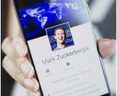 Marc Zuckerberg auf dem Smartphone