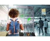 Smartes Glas als interaktives Info-Panel am Flughafen