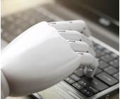 Roboterhand am Keyboard