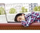 Junge schläft auf Laptop