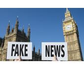 Fake-News-Schild vor Big Ben - Westminster Abbey