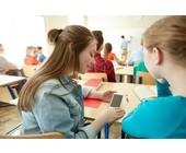 Schüler mit Smartphone