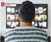 Mann vor Smart TV