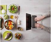 Lebensmittel und ein Laptop
