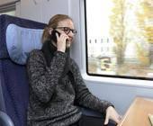 Bahn-Reisender mit Smartphone