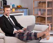 Businessman im HO mit Pyjamahose