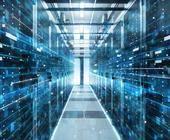 Aufnahme des Korridors in einem funktionierenden Rechenzentrum, voll von Rack-Servern und Supercomputern mit High-Internet-Visualisierungsprojekt.