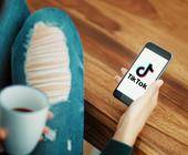 Mädchen mit Smartphone nutzt TikTok