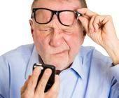 Senior hat Probleme mit der Bedienung seines Smartphones