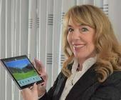 Emporia-Gründerin Eveline Pupeter mit dem neuen Tablet