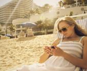 Sonne, Sand und im Wasser planschen – was uns gut tut, kann für das Smartphone und Tablet gefährlich werden. So kommen Sie mit Ihren mobilen Geräten unfallfrei durch den Sommer.