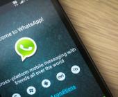 Seit dem neuesten Update informiert der WhatsApp Messenger in Konversationen auch darüber, ob der Chat-Partner die gesendete Nachricht bereits gelesen hat oder nicht.