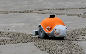 Disney Beachbot Roboter malt Bilder in Sand