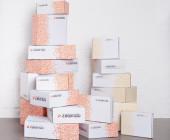 Zahlreiche Kartons mit der Aufschrift Zalando übereinandergestapelt