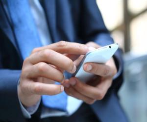 Hand klickt auf Smartphone