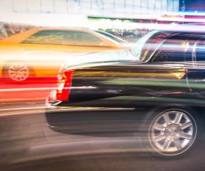 Zwei Autos in hoher Geschwindigkeit auf Straße