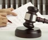 Gerichtshammer Anklageschrift Hände