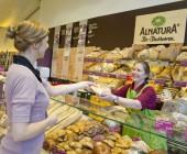 Verkäuferin und Kundin bei Alnatura