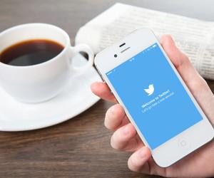 Twitter auf dem Smartphone mit Kaffetasse