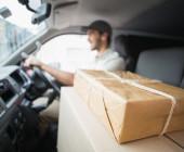 Paketfahrer bringt Pakete zu Kunden