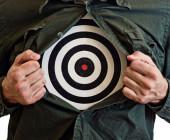 Mann mit Zielscheibe unter dem hemd