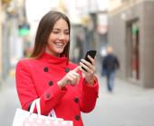 Frau-shoppt-auf-dem-Handy