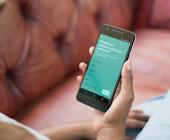Frau-betrachtet-Airbnb-App