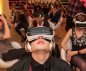 Mann mit VR-Brille schaut in die Luft