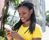 Smartphones nehmen im Leben vieler Menschen eine immer wichtigere Rolle ein. Für viele Menschen ist der digitale Begleiter sogar wichtiger als Familie und Freunde.