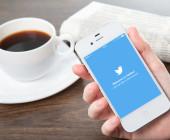 Twitter-App auf Smartpone neben Kaffetasse
