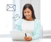 Frau liest E-Mails