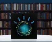 IBM Watson vor Bücherwand