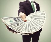 Mann mit Geldscheinen in der Hand