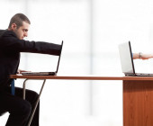 Mann am Laptop bei der Fernwartung