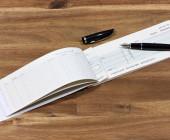 Scheckbuch mit Stift