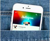 Handy mit Instagram in der Hosentasche