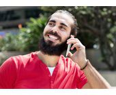 Türke telefoniert mit Smartphone