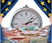 Bühne mit Geld und Stoppuhr vor EU-Vorhang
