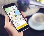 Mann im Taxi mit App