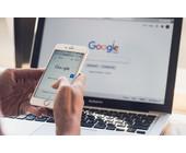 Google auf Smartphone und Notebook