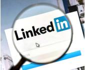 LinkedIn Logo unter Lupe