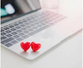 Zwei rote Herzen auf einem Laptop