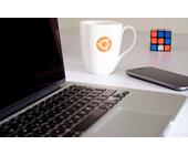 Ubuntu-Tasse neben Notebook