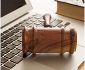 Richterhammer auf dem Laptop